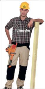 Bilde av en Tømrermester som lener seg på en planke.