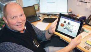 Bildet viser Dag Rekdal som viser fram en app nettbrettet sitt.